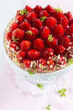 Wenn die Erdbeeren reif sind und die Felder zum selber pflücken einladen, dann schnapp ich mir mein Körbchen und mach auf Rotkäppchen. Zwei in den Korb, eine in den Mund. Ich zahle dann an der Erdb…