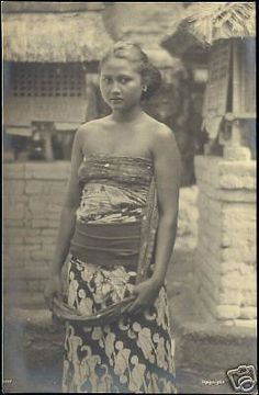 indonesia, BALI, Beautiful Young Native Girl RPPC in Collectibles, Postcards, International Cities & Towns Indonesian Women, Native Girls, Dutch East Indies, People Of The World, Historical Clothing, Vintage Pictures, Vintage Beauty, Southeast Asia, Asian Woman
