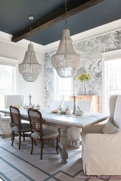 Our best dining room paint colors ideas and inspiration. Uncover inspiration and choose a color to enhance your room decor Dining Room Wallpaper, Dining Room Paint, Dining Room Blue, Dining Room Design, Dining Rooms, Wall Paper Dining Room, Wallpaper Ceiling Ideas, Dark Wood Dining Table, Blue Ceilings