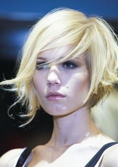 15 Angled Bob Hairstyles That Are Trending Right Now – hair : Funky Angled Bob 15 abgewinkelte Bob-Frisuren, die gerade im Trend liegen – Haare: Funky Angled Bob Short Hair Styles For Round Faces, Hairstyles For Round Faces, Short Hair Cuts, Medium Hair Styles, Long Hair Styles, Pixie Cuts, Hairstyles Pictures, Chin Length Haircuts, Wavy Bob Hairstyles