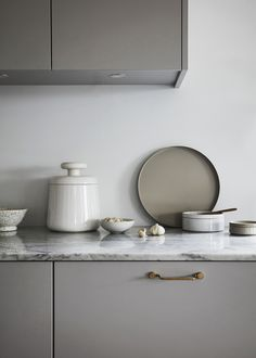 Carrara marble by Nordiska Kök - kitchens to live in, unique and tailor-made to suit your life, today and tomorrow. For more kitchen inspiration visit www.nordiskakok.se #kitchen #bespokekitchen #interior #architect #grey #limestone #white #framekitchen #minimalism #minimalistic #wood #kitchendesign #kitchenideas #greykitchen #design #designtrends #beautifulkitchens #kalksten #marmor #marble