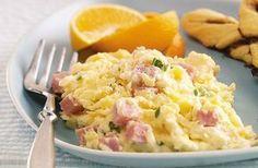 Oeufs brouillés légers au jambon Weight Watchers,un délicieux plat moelleux et crémeux peux se déguster pour un brunch, un petit déjeuner ou pour un dîner.