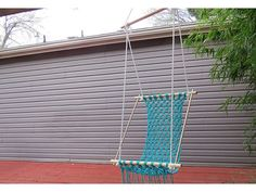 Повесьте гамак с прочного крюка и отрегулируйте веревки.