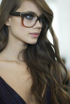 wavy hair and big glasses. Big Glasses, Girls With Glasses, Hipster Glasses, Style Geek, A Well Traveled Woman, Beauté Blonde, Office Hairstyles, Wearing Glasses, Womens Glasses