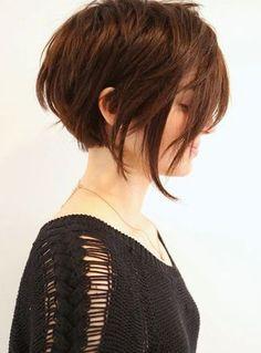 Oubliez la banalité avec cette magnifique coiffure pour cheveux courts ! En effet, les mèches plus longues de chaque côté du visage viennent ajouter une touche un peu excentrique à l'ensemble. De plus, elles féminisent la coupe de cheveux puisque la nuque, coupée au carré, est assez courte.