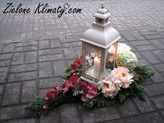 Grave Flowers, Cemetery Flowers, Funeral Flowers, Lantern Centerpiece Wedding, Wedding Centerpieces, Cemetery Decorations, Funeral Flower Arrangements, Lanterns Decor, Arte Floral