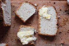 Czy ten chleb może pomóc schudnąć?Dzięki odpowiednimskładnikom, może też pomóc w odkwaszeniu organizmu. Upiecz go w ten weekend, zobacz jak działa i jakijest smaczny.  Katarzyna Gurbacka Dietetyk,Promotor Zdrowego Odżywiania Autorka Diety Venus Jeśli czytałaś moje poprzednie artykuły o pieczywie Zobacz, dlaczego pszenica Cię zabija ( naukowe wyjaśnienie), to już wiesz, że chleby z mąki …