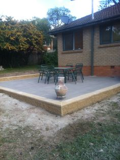 www.pavingcanberra.com Paved Patio area. Paving Product: 400 x 400 x 50mm concrete paver Paving Design: Stretcher bond with header Retaining Wall Product: Versa wall. Sunstone 400 x 200 x200mm Retaining Wall Design: 1 block high with cap.