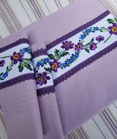 Victorian Era, Linen Bedding, Elsa, Bed Pillows, Diy And Crafts, Cross Stitch, Embroidery, Blanket, Fabric