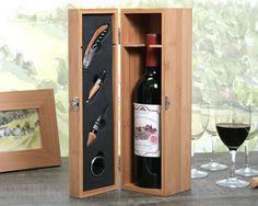 Ce superbe coffret sommelier en bois fera le plaisir d'un amateur !  Sélectionnez votre bouteille parmi un Bordeaux AOC 2009 rond, un Montagne Saint-Emilion 2010 chaleureux et rendez votre coffret encore plus unique en personnalisant l'étiquette de la bouteille.