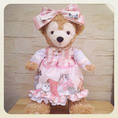 43cm・Sサイズのダッフィー・シェリーメイ用のコスチュームです。可愛らしい猫柄のピンク生地でお作りしました。襟が生成りレースの布でできていたり、お袖や裾にも...|ハンドメイド、手作り、手仕事品の通販・販売・購入ならCreema。