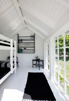 We love , love, love this extraordinary Black and White Beach House! Clean, uncluttered, modern and yet so inviting. A Black and White Beach House look Style At Home, White Beach Houses, Room Deco, Summer Cabins, Summer Houses, Black And White Beach, Bunk Rooms, Bunk Beds, Lofts