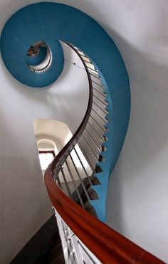 Chiave di sol ( treble clef ) Massimo Della Latta Who wants to walk up that many steps? Architecture Unique, Interior Architecture, Grand Staircase, Staircase Design, Design Innovation, Balustrades, Banisters, Beautiful Stairs, Take The Stairs