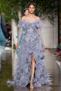 Zuhair Murad Autumn/Winter 2017 Haute Couture - Look 15 Zuhair Murad, Beautiful Gowns, Beautiful Outfits, Girls First Communion Dresses, High Fashion Dresses, Feather Dress, Haute Couture Fashion, Designer Gowns, Couture Collection