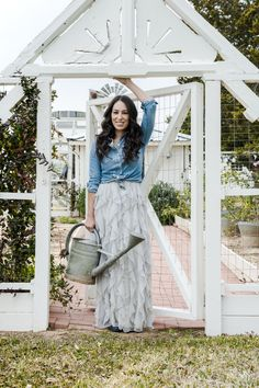 Joanna Gaines, as seen on HGTV's Fixer Upper, not only has a good sense of style in decor but also in clothing. Here is a guide to Joanna Gaines wardrobe. Gaines Fixer Upper, Fixer Upper Joanna, Magnolia Fixer Upper, Magnolia Joanna Gaines, Estilo Joanna Gaines, Joanna Gaines Style, Chip And Joanna Gaines, Chip Gaines, Joanna Gaines House