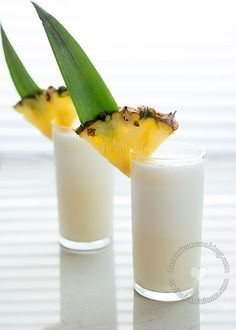 Piña Colada (Rum, Pineapple and Coconut Cocktail): A drink that suggests tropics, beach, and sunny days under palm trees. Party Drinks, Cocktail Drinks, Cocktail Recipes, Alcoholic Drinks, Pina Colada Recipe Non Alcoholic, Pina Colada Rum, Good Rum, Alcohol Drink Recipes, Drink Recipes