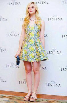 La guapa Elle Faning y su muy veraniego vestido estampado. Outfit celebridades. Que visten los famosos #Celebridades #Moda