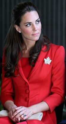 The Duchess of Cambridge.The Canada Day Diamond Brooch was loaned to The Duchess of Cambridge on her visit to Canada in Princesa Kate, Princesa Real, Style Kate Middleton, Kate Middleton Photos, Outfits In Rot, Prince William Et Kate, Prince Edward, William Kate, Prince Harry