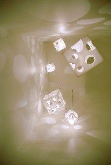 Białe ściany, białe meble, proste formy. Sto procent minimalizmu. Zaprojektowany przez studio Kotaro Horiuchi Architecture paryski Salone du Fromage to kolejny przykład na to, że najprostsze środki wystarczą, by przekształcić wnętrze w oryginalną wizytówkę. http://sztuka-wnetrza.pl/520/artykul/ser-w-salonie