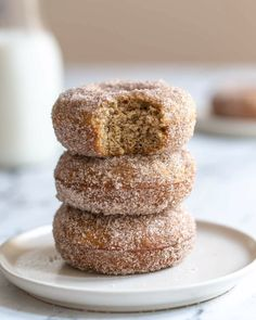 Baked Vegan Donut Reipe- this donut recipe is SO simple to make, comes together in just one bowl, and are a healthy donut alternative! Vegan Sweets, Healthy Dessert Recipes, Healthy Sweets, Healthy Baking, Vegan Recipes, Healthy Foods, Savoury Baking, Vegan Food, Homemade Baked Donuts