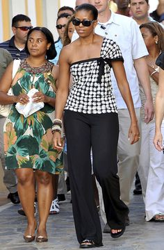 Michelle Obama Photos - First Lady Michelle Obama strolls the streets of Marbella with daughter Sasha (not pictured). - Michelle Obama Strolls in Marbella Michelle Obama Photos, Michelle Et Barack Obama, Barack Obama Family, Michelle Obama Fashion, Pantalon Bleu Marine, American First Ladies, First Black President, Black Presidents, Celebrity Babies