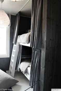 kerrossänky,pellava,lastenhuone,harmonia,tummat sävyt,harmaa,tikkaat,puu,sänky,lakanat,maalattu seinä,avara,verhoilu,verhot