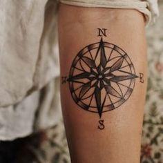 Una brújula | Los 34 tipos de tatuajes que lucen increíblemente sexy en los hombres