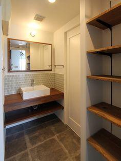 洗面カウンターや可動棚は新たに造作