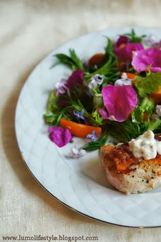 lumo lifestyle: Wild herb salad with blue cheese chicken