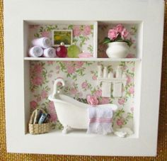 Quadro decorativo para banheiro, fundo com decoupagem em motivo de rosas , banheira em resina, toalhas feito à mão, vaso de cerâmica branco , revisteiro de palha.  Obs.: por ser totalmente artesanal, pode haver variação de alguns adereços. Faço sob encomenda com a cor da sua preferência.  Para comprar: 1 - Cadastre-se e entre com seu usuário e senha. 2 - Selecione os produtos desejados. 3 - Informe o endereço de entrega (com CEP) 4 - Faça o pedido. 5 - Aguarde o vendedor informar o valor do…