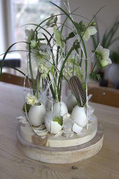 Vyzkoušela jsem to Easter Table Decorations, Centerpiece Decorations, Deco Floral, Arte Floral, Easter Art, Easter Crafts, Easter Flowers, Creation Deco, Egg Art