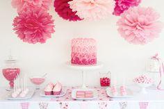 Beispiele und Inspiration für Farbschemata bei der Hochzeit. Hier auf dem Foto seht ihr eine tolle Candybar / Wedding Sweet Table mit PomPoms als Deko in Rosa. Foto: Ruth Black / Shutterstock