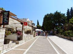 Restaurantes da rua peatonal onde fica o Hotel Zagreb, no bairro Lapad