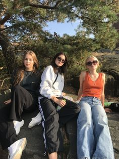 the outfit on the right! Cute Friend Pictures, Friend Photos, Best Friend Fotos, Jugend Mode Outfits, Cute Friends, Friend Goals, Teenage Dream, Summer Aesthetic, Aesthetic Grunge