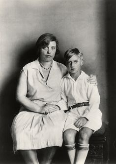 August sander. Mother and Son [Lu Straus-Ernst with son Jimmy] (1928)