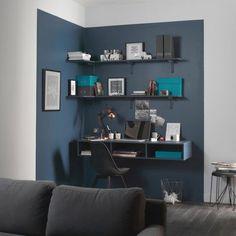 Une délimitation colorée au mur pour un max d'effet. Dans ce salon épuré, l'espace bureau est délimité par un bleu marine masculin et intense. Une démarcation visuelle au mur qui sépare de manière distincte le coin bureau du reste de la pièce, pour un coin bureau design et gain de place. #décoration (Crédit photo : Marie Claire Maison)