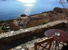 The most beautiful hidden city in the world is Greek. Located wedged on the slopes of a huge rock Monemvasia Greece, Zorba The Greek, Just Relax, Mediterranean Style, Greek Islands, The Good Place, Beautiful Places, Amazing Places, Places To Visit