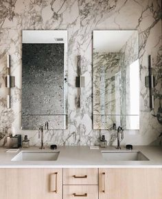 Bathroom showpiece 😍 These elevated porcelain tiles draw from the natural beauty of marble to make a statement and inject a sleek and unparalleled elegance into your space. Product — Stones & More in Arabescato White | Design by @nylafreedesigns⠀