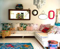 casa grande - de encher os olhos - decoração colorida - sofé de madeira