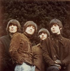 """talesfromweirdland: """" The uncropped and untilted photo that was used for The Beatles' RUBBER SOUL RUBBER SOUL might be my favorite Beatles album. It has an Indian summer mood—the sunny joy of their early work is still there, but shadows of. Foto Beatles, Beatles Love, Les Beatles, Beatles Art, Beatles Photos, George Harrison, Great Bands, Cool Bands, Beatles Rubber Soul"""