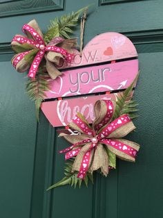 A dollar tree wooden heart and the finishes touch by me 🙂. I'm so glad with the result Valentine Day Wreaths, Valentines Day Decorations, Valentine Crafts, Christmas Wreaths, Christmas Decorations, Heart Diy, Heart Crafts, Pizza Pan, Seasonal Decor
