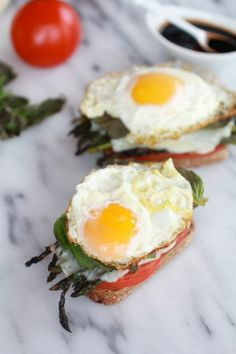 White egg, green asparagus, red tomato: all the colors of the italian flag are there!