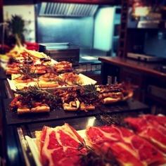 Presentación de Gastrotapas en barra...  www.restaurantecasalucio.com Pulled Pork, Ethnic Recipes, Food, Barbell, Shredded Pork, Meals, Yemek, Eten