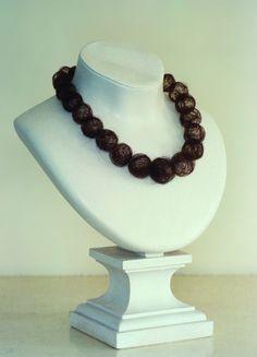 Mona Hatoum : Hair Neckplace,1995. 31 cm x 22 x 17. Cheveux de l'artiste sur buste Cartier. Mona Hatoum