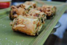 Recette de rouleaux aux courgettes, épicés - vegan sans gluten - Une recette estivale bien simple et facile à réaliser. Des courgettes en julienne sautées avec de l'oignon, des épices douces, le tout enroulé dans un feuilleté grec filo ou des galettes de riz (pour les régimes sans gluten). Une cuisine saine, de vacances, qui se déguste à l'apéro ou en plat principal.
