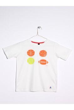 Camiseta de manga corta blanca. Estampado de cuatro balones. Con sello de TEXTILES DE CONFIANZA, control de sustancias nocivas Oeko-Tex Standard 100. www.mokkima.com