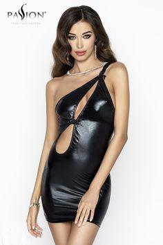 #Femme Cette petite #robe sexy en wetlook brillant est une tenue idéale pour des sorties en soirées. Très #sexy avec sa ligne asymétrique qui laisse une épaule totalement nue