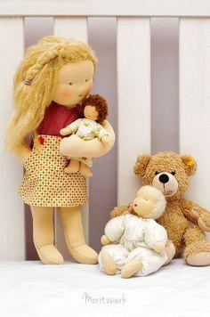 Handgemachte Puppe im Waldorfstil mit Louisa dress von Compagnie M | Handmade clothdolls after Waldorf wearing a Louisa dress by Compagnie M | Moritzwerk