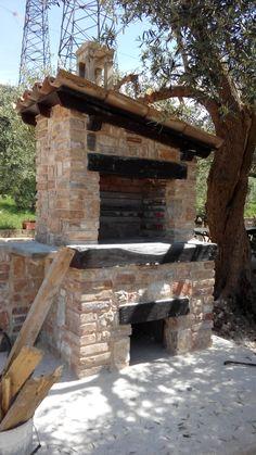 barbecue in muratura di pietra e mattoni