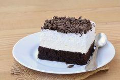 "Negrii in camasi albe e o prajitura romaneasca in 3 straturi, continand in esenta un strat de negresa, unul de bezea si unul de ciocolata. Prajitura mai e cunoscuta si sub denumirea ""dinte de negresa"". Romanian Desserts, Tiramisu, Cheesecake, Cooking Recipes, Ice Cream, Pudding, Ethnic Recipes, Sweets, No Churn Ice Cream"